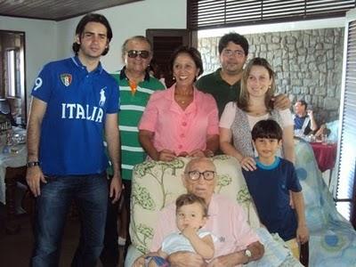 A governadora Rosalba Ciarlini (DEM) passará o reiveillon na sua casa de praia em Tibau. A governadora já se encontra na residência, onde receberá, ao lado do seu marido, o ex-deputado estadual Carlos Augusto Rosado (DEM), amigos a aliados políticos. Para as conversas sobre as eleições 2012.