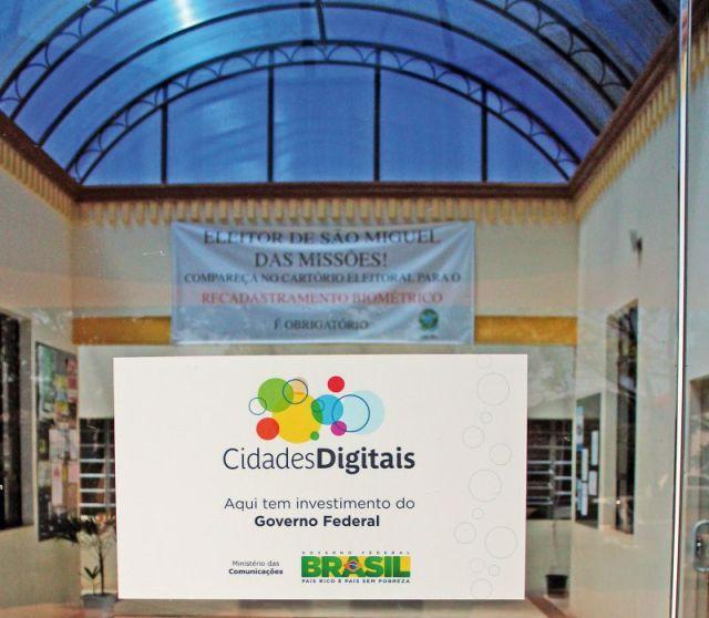 Placa na entrada da Prefeitura de Sâo Miguel mostra projeto Cidades Digitais em implantação no município