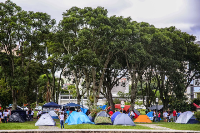 Professores acampados no paraná em frente a SEEC PR